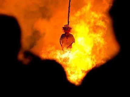 """Vielerorts gibt es noch heute """"traditionelle Hexenverbrennungen"""" mit Puppen aus Stroh."""