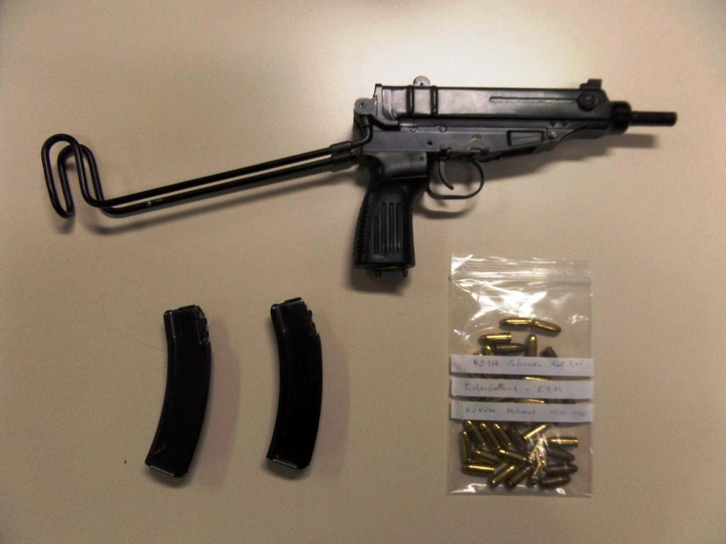 Diese Maschinenpistole fanden die Beamten unter dem Sitz.