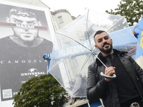 """Nazar freut sich über sein """"Denkmal"""" am Naschmarkt."""