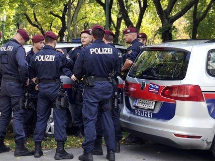 Drei Polizeibeamte sind am Montag verletzt worden.