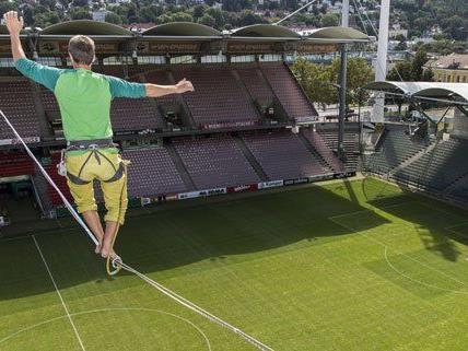 In 25 Metern Höhe wurde das Stadion überquert.