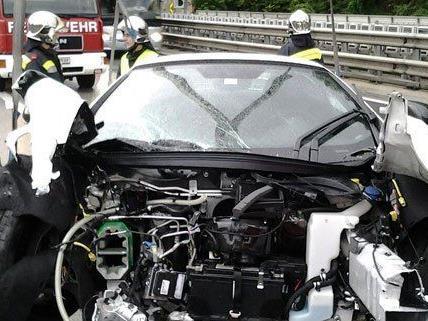 Bei einem Unfall in NÖ krachte ein Luxus-Sportwagen gegen eine Leitschiene.