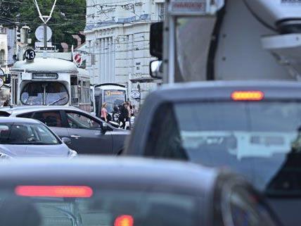 Auto krachte in Wiener Straßenbahnhaltestelle - zwei Schwerverletzte