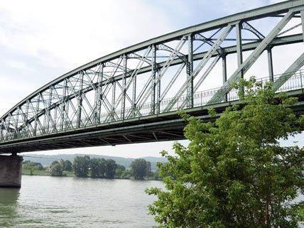 Deutsches Frachtschiff prallte gegen Donaubrücke in Wien