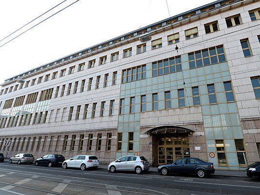Die Fassade des neuen Übergangsquartieres für Asylwerber, das ehemalige Universitätssportinstitut in der Althanstraße in Wien-Alsergrund