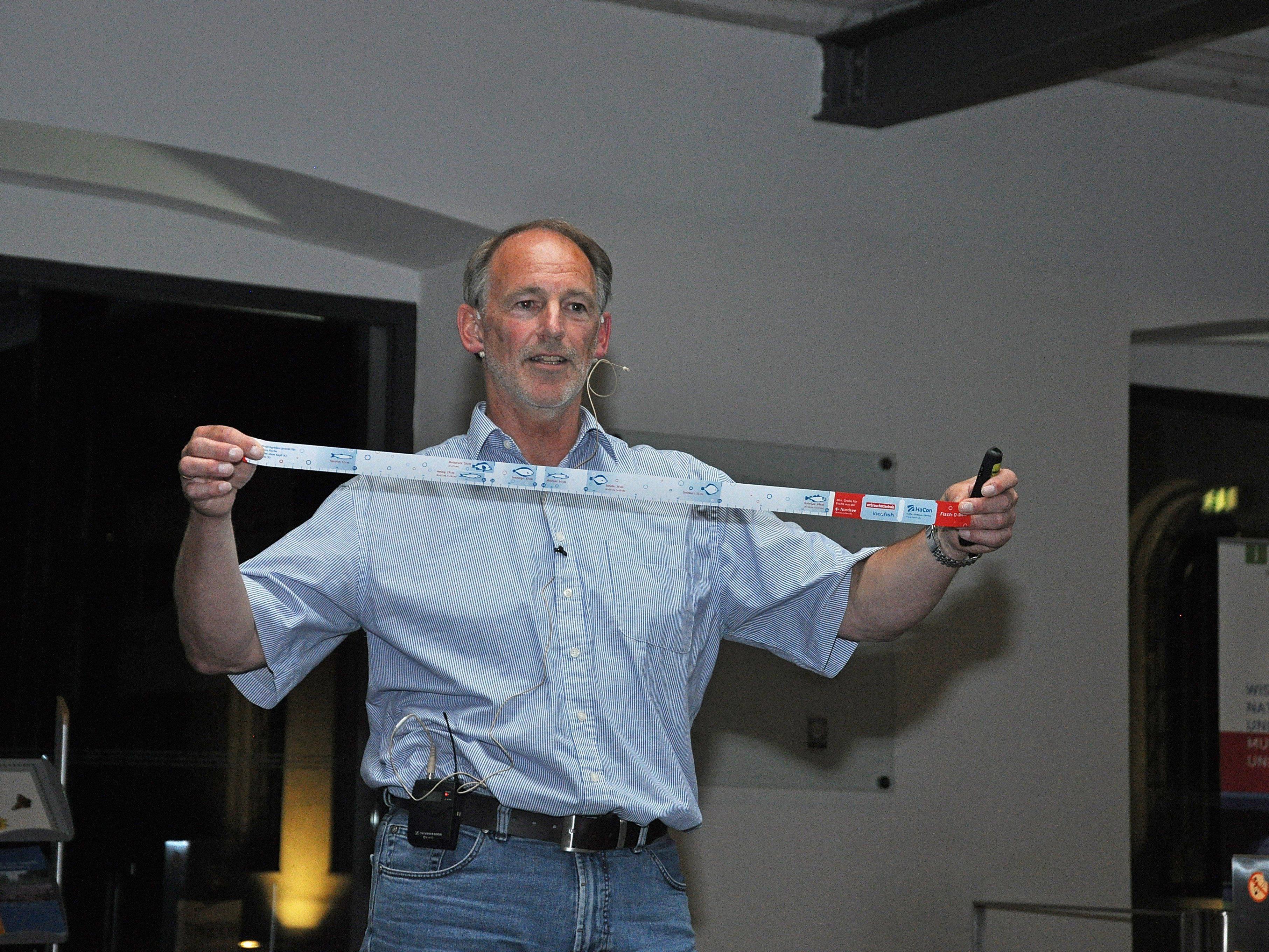 """Der Referent Dr. Bernd Ueberschär stellte den """"Fisch-O-Meter"""" vor."""