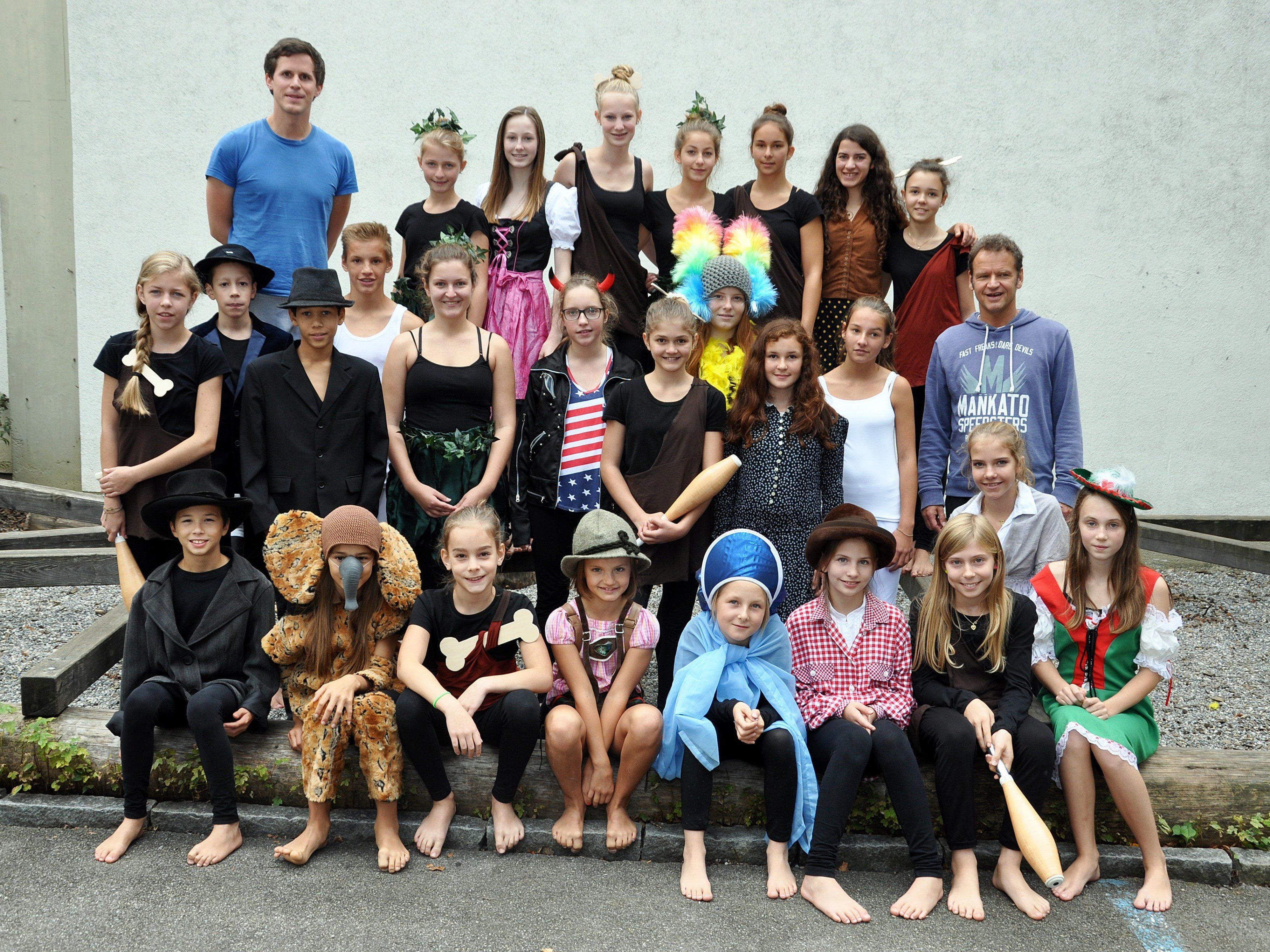 """Rund 30 Artisten und Akrobaten zwischen acht und sechzehn Jahren zeigen bei """"Es war einmal in Dornbirn gsi"""" ihr Können."""