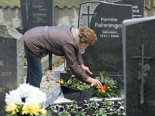 Zu Allerheiligen werden traditionell die Friedhöfe besucht und die Gräber gepflegt