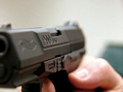Mit einer Gaspistole schoss der Mann in den Boden.