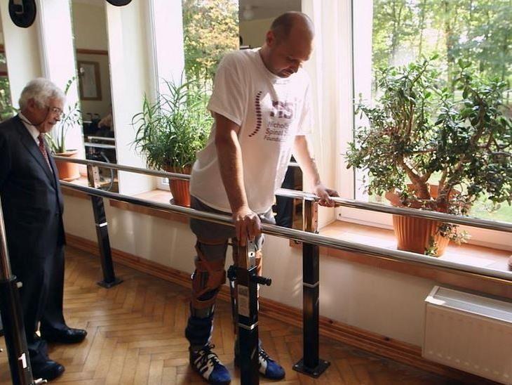 Darek Fidyka kann nun wieder langsam – aber selbstständig – laufen