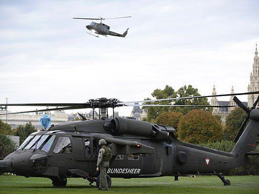 Ein Black-Hawk-Hubschrauber ist vor dem Prinz Eugen-Denkmal am Heldenplatz gelandet