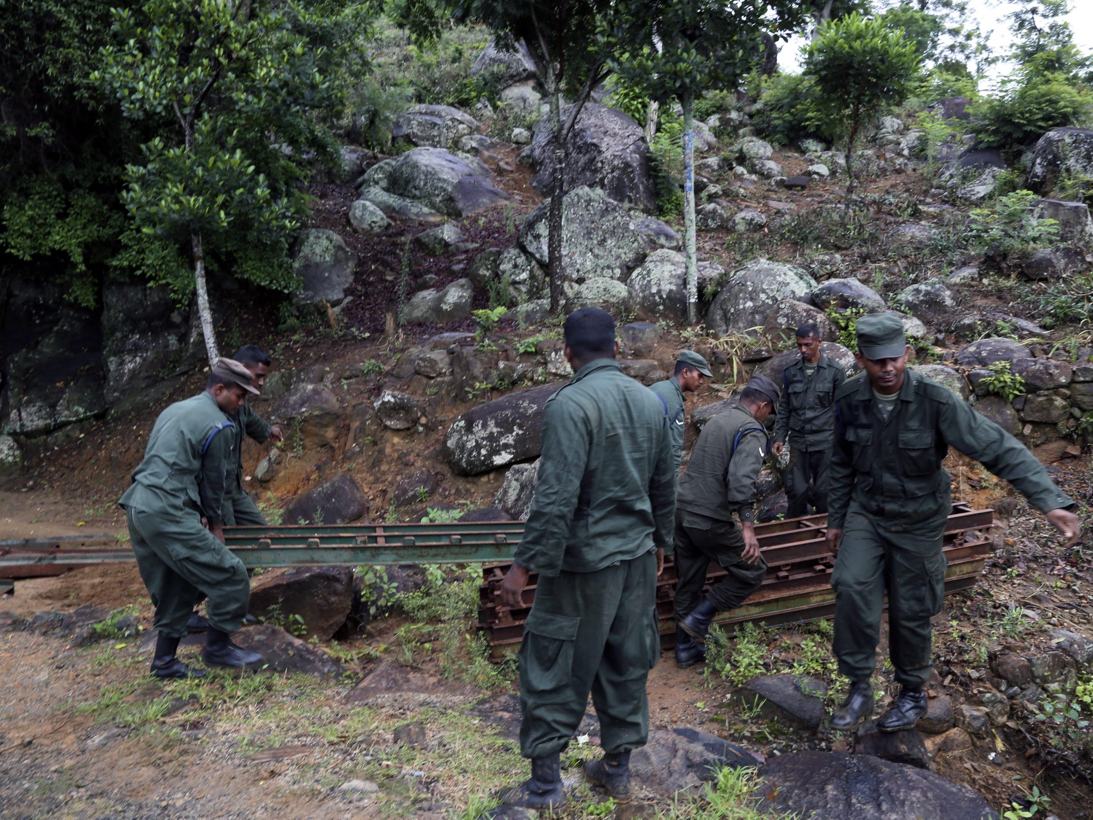 Etwa 500 Soldaten suchen nach Überlebenden