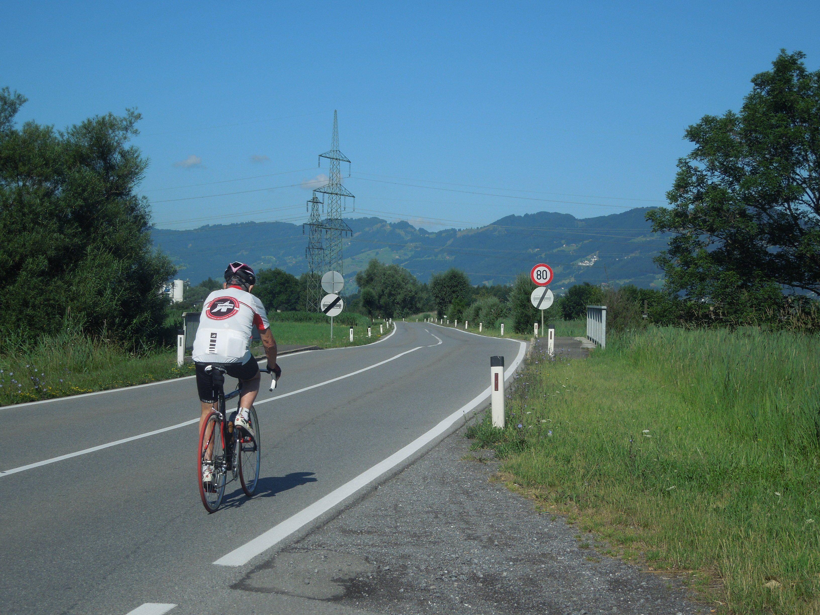 Der Ausbau der Schweizerstraße sieht auch einen begleitenden Radweg vor. Bisher lebten Fahrradfahrer auf dieser Strecke gefährlich.