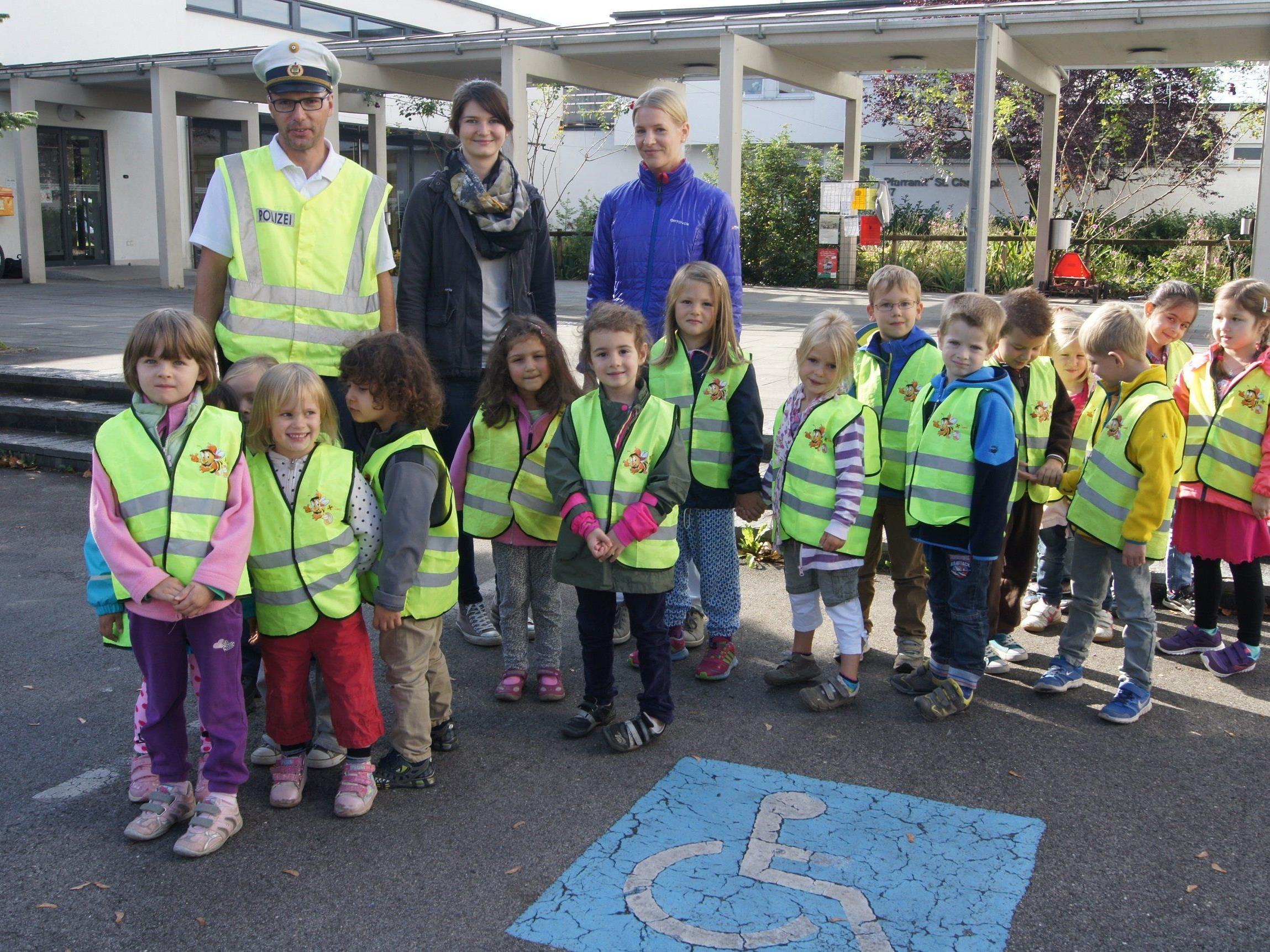 Die Kinder mit Polizist Hannes Hummer und ihren Pädagoginnen, Karin Rüf und Katharina Kalb.