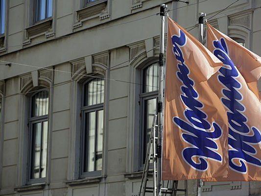 Ein Teil der Manner-Fabrik in der Wilheminenstraße in Wien ist am frühen Freitagabend eingestürzt