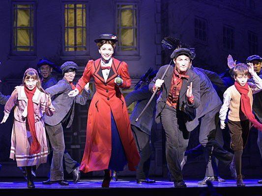"""""""Mary Poppins"""" in Wien: (v.l.), Katharina Kemp als Jane Banks, Annemieke van Dam als Mary Poppins, David Boyd als Bert, Jonas Zeiler als Michael Banks"""