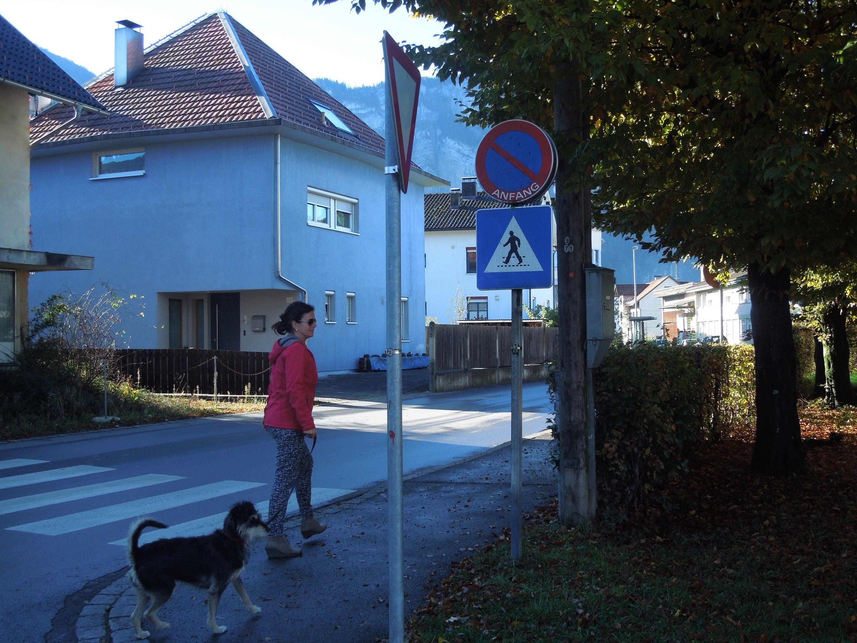 Das Schutzwegschild auf der Schützenstraße ist nun wieder komplett einsehbar.