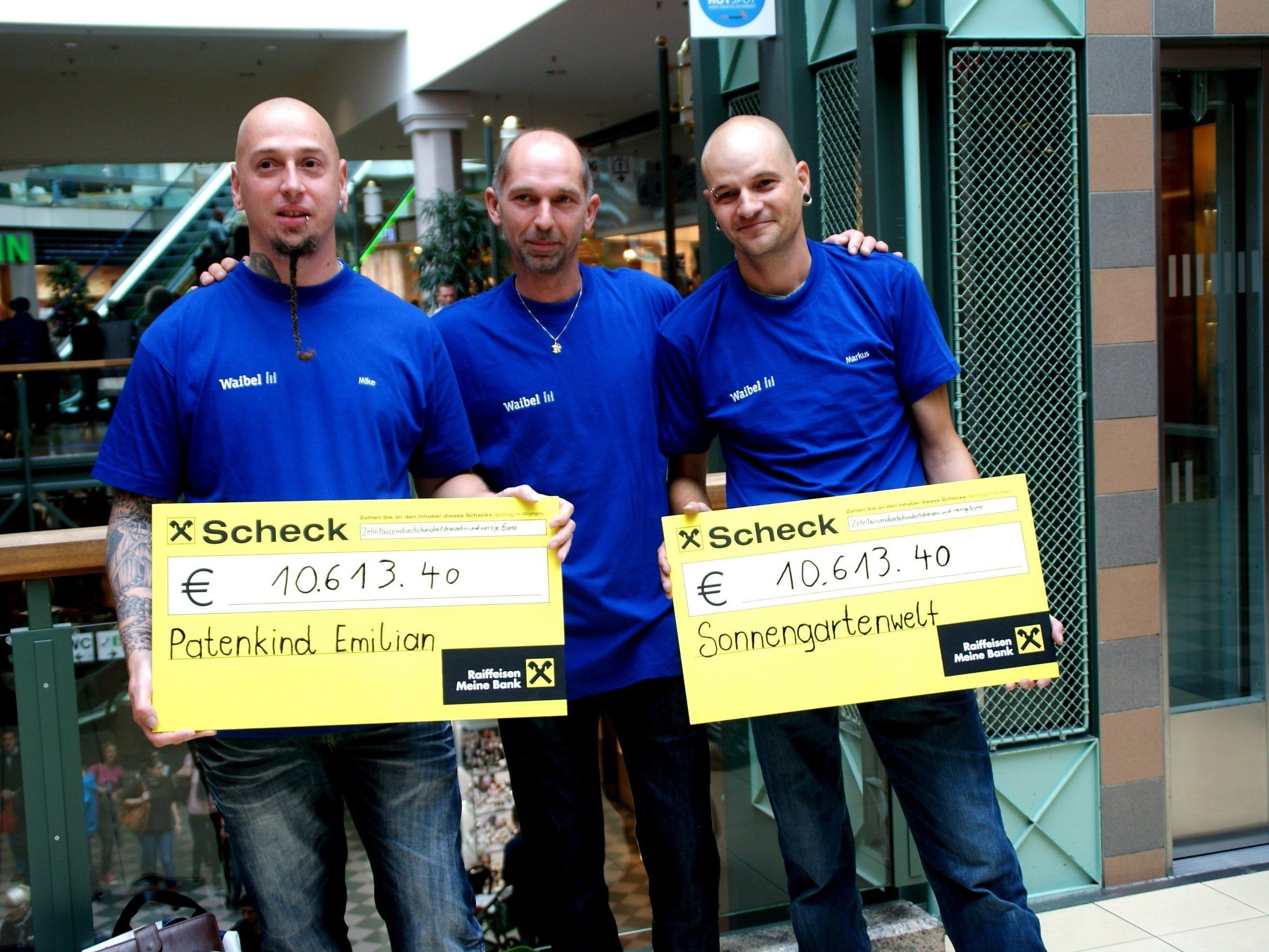 Mike Borufka, Sepp Grain und Markus Hörmann mit den Schecks