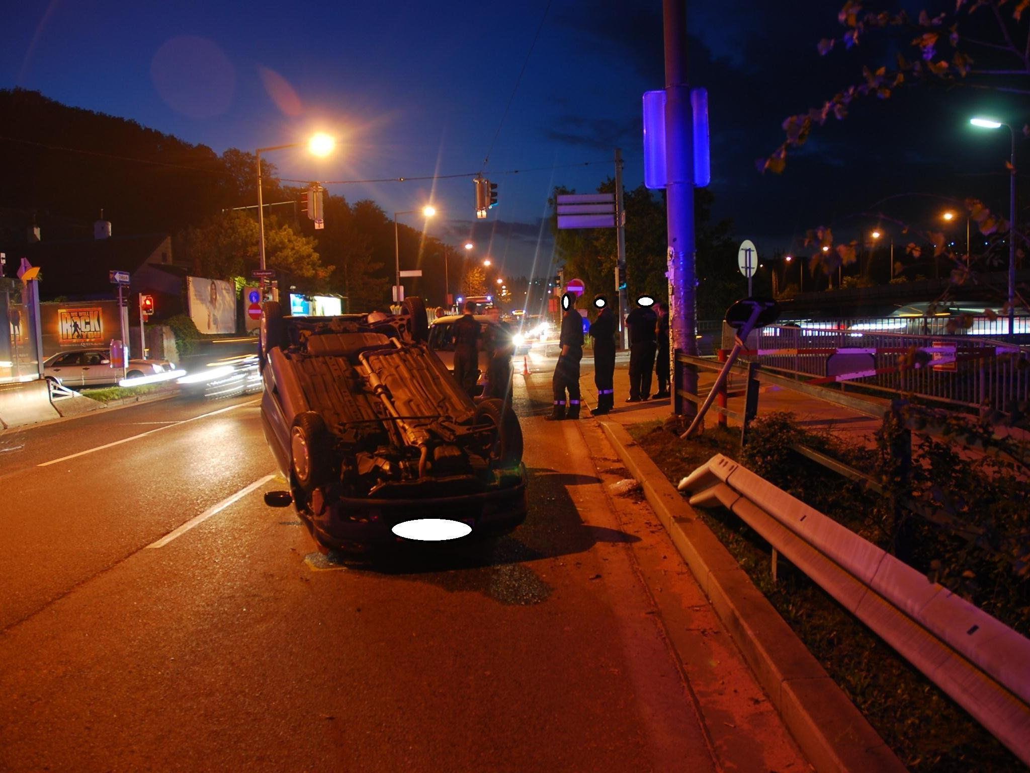 Nach einem Ausweichmanöver überschlug sich ein Auto in Wien-Hietzing.