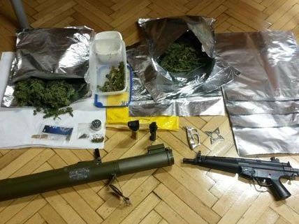 Ein umfangreiches Arsenal fanden die Polizisten in der Wohnung.