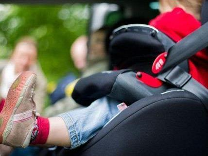 Eine Zweijährige musste aus einem Auto im 14. Bezirk befreit werden.