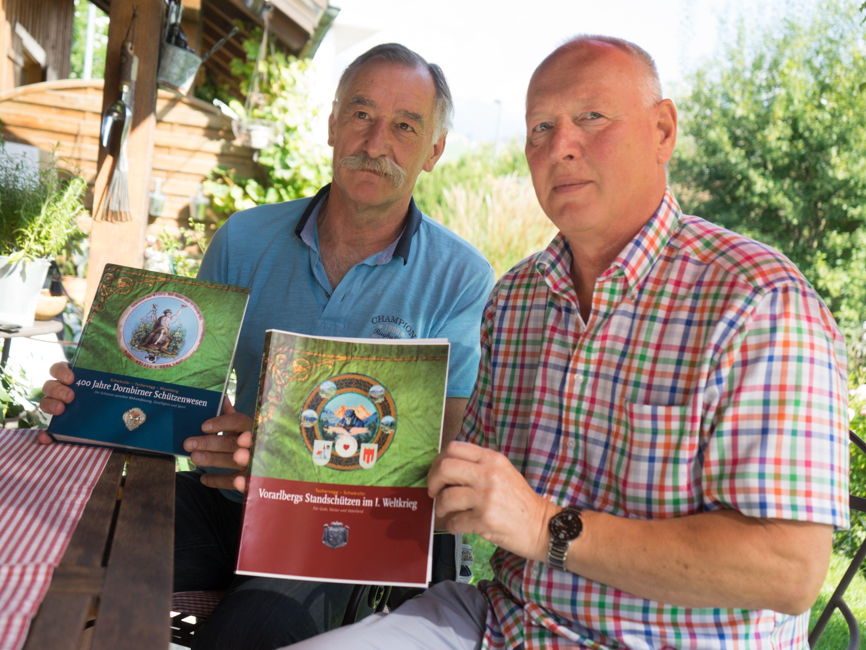 Die Autoren Sigi Schwärzler (l.) und Peter Tschernegg mit ihren Werken..