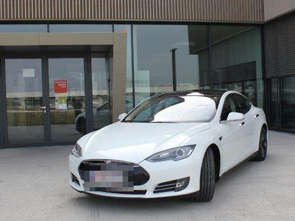 Den Tesla Model S kann man über Blitzzcar mieten.