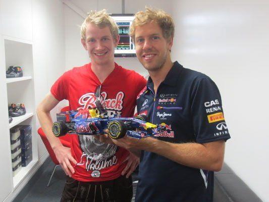 Auch Weltmeister Sebastian Vettel zeigte sich vom RB-7-Pappendeckelrenner von Paul Bischof (l.) begeistert.