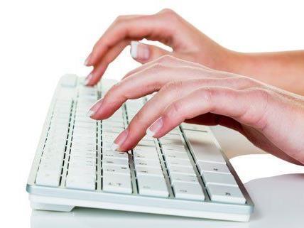 Nie wieder kalte Finger: Mit unseren Tipps halten Sie sich im Büro warm.