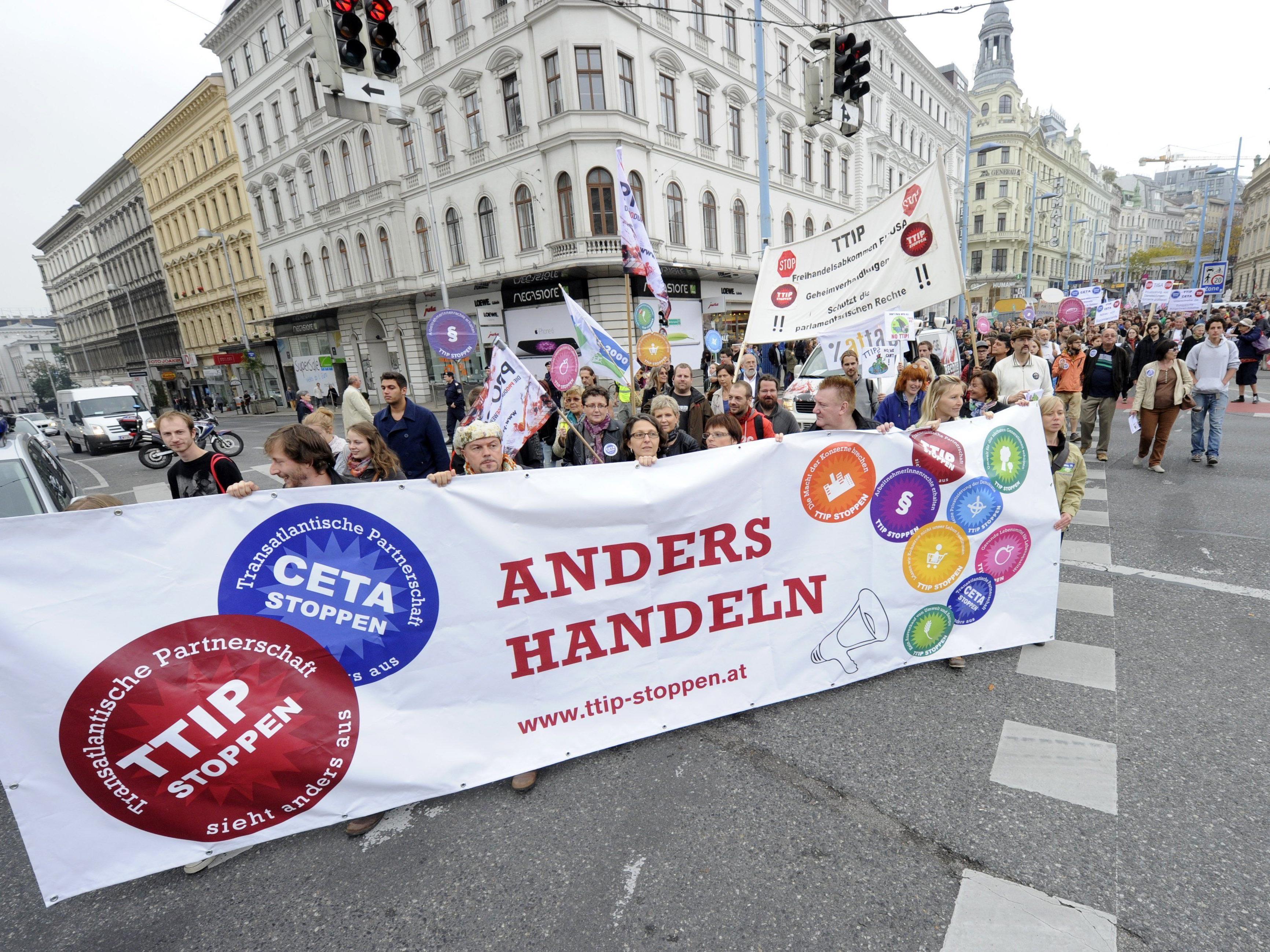 Teilnehmer des Aktionstags gegen Freihandelsabkommen am 11. Oktober 2014 in Wien
