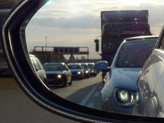 Ein zu geringer Abstand auf der Autobahn führt häufig zu schweren Unfällen.