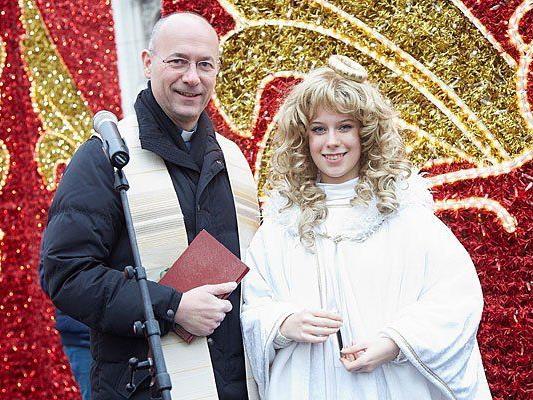 Dompfarrer Weidinger und das Wiener Christkindl bei der Adventkranzsegnung