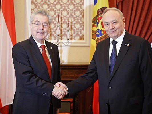 Bundespräsident Heinz Fischer (L) und der moldauische Präsident Nicolae Timofti (R) am Montag in Moldawien