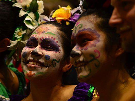 Farbenfrohe Gesichter beim Mexikanischen Totenfest im Weltmuseum