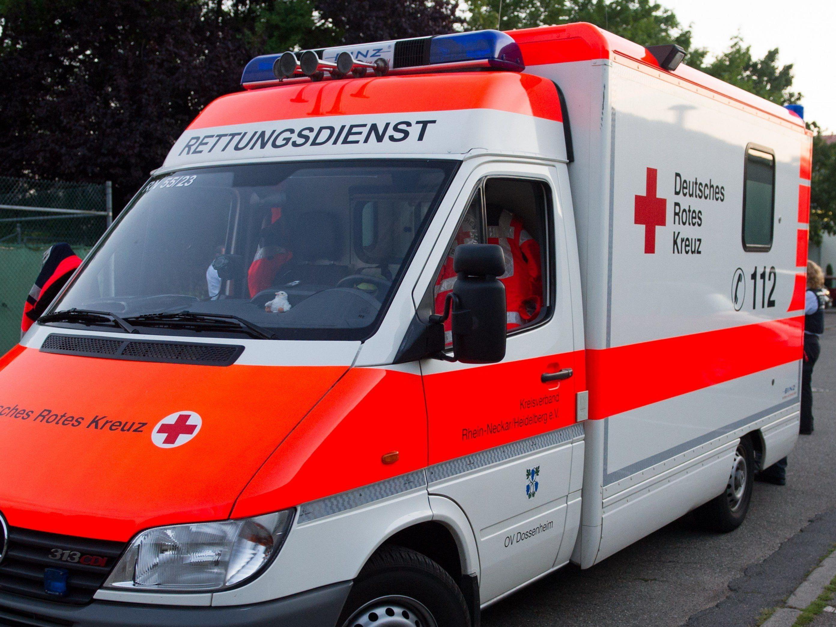 Tragischer Unfall in Niederbayern endet tödlich für Großmutter, die ihrem Enkel das Leben rettete.