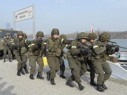 """Soldaten während der Übung """"Netzwerk 2014""""."""