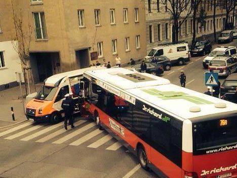 Mutter und Kind wurden von dem Bus erfasst.