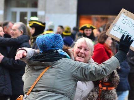 """Unzählige """"Free Hugs"""" wurden am Sonntag am Stephansplatz verteilt."""