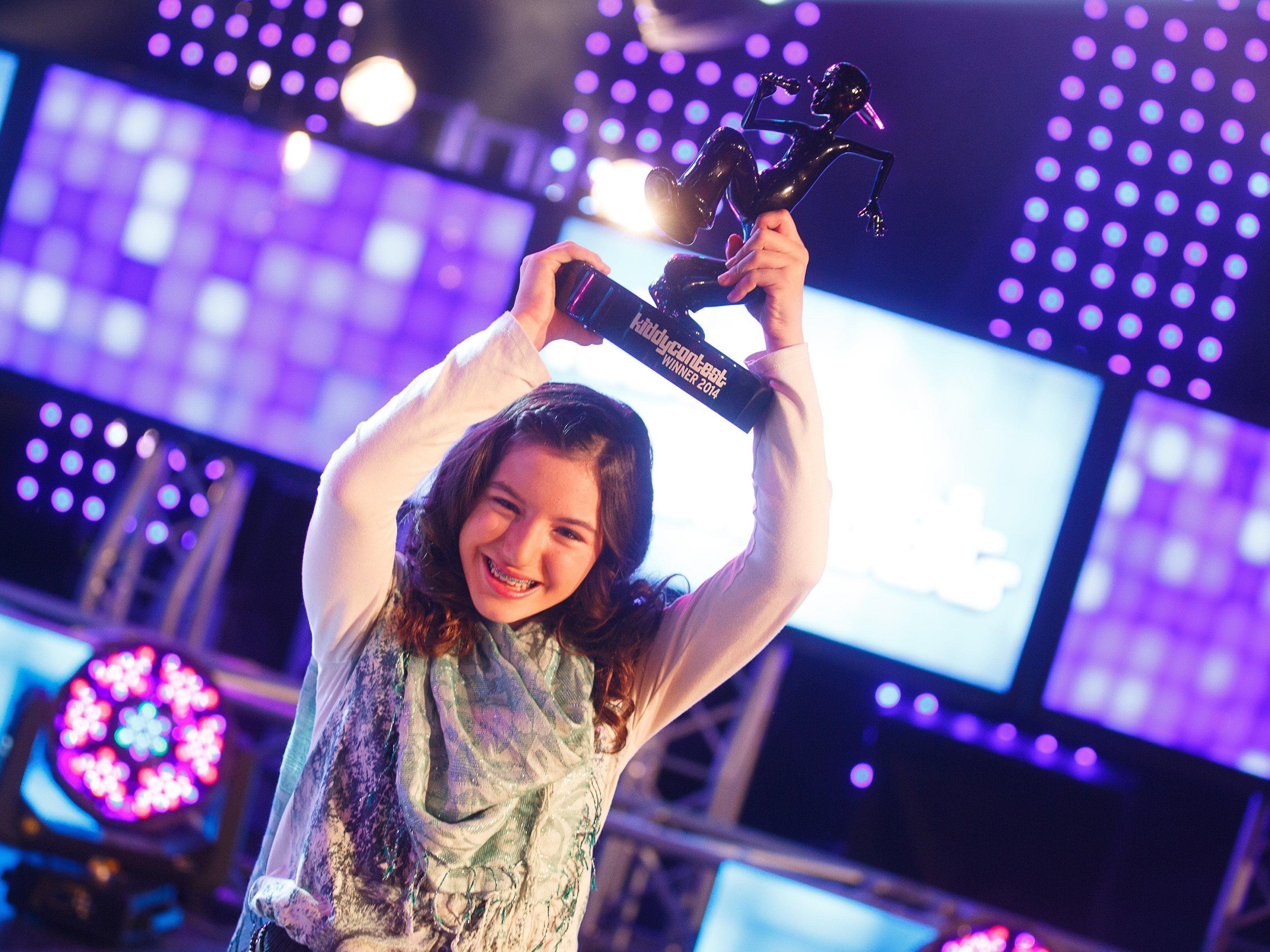 Kiddy Contest 2014: Die zwölfjährige Lena aus Schwarzach stemmt die Trophäe in die Höhe.