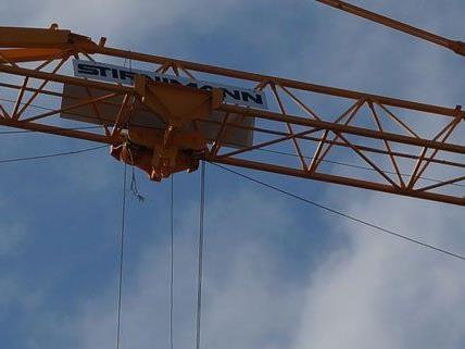 Beim Verheben einer Baumulde riss ein Stahlseil