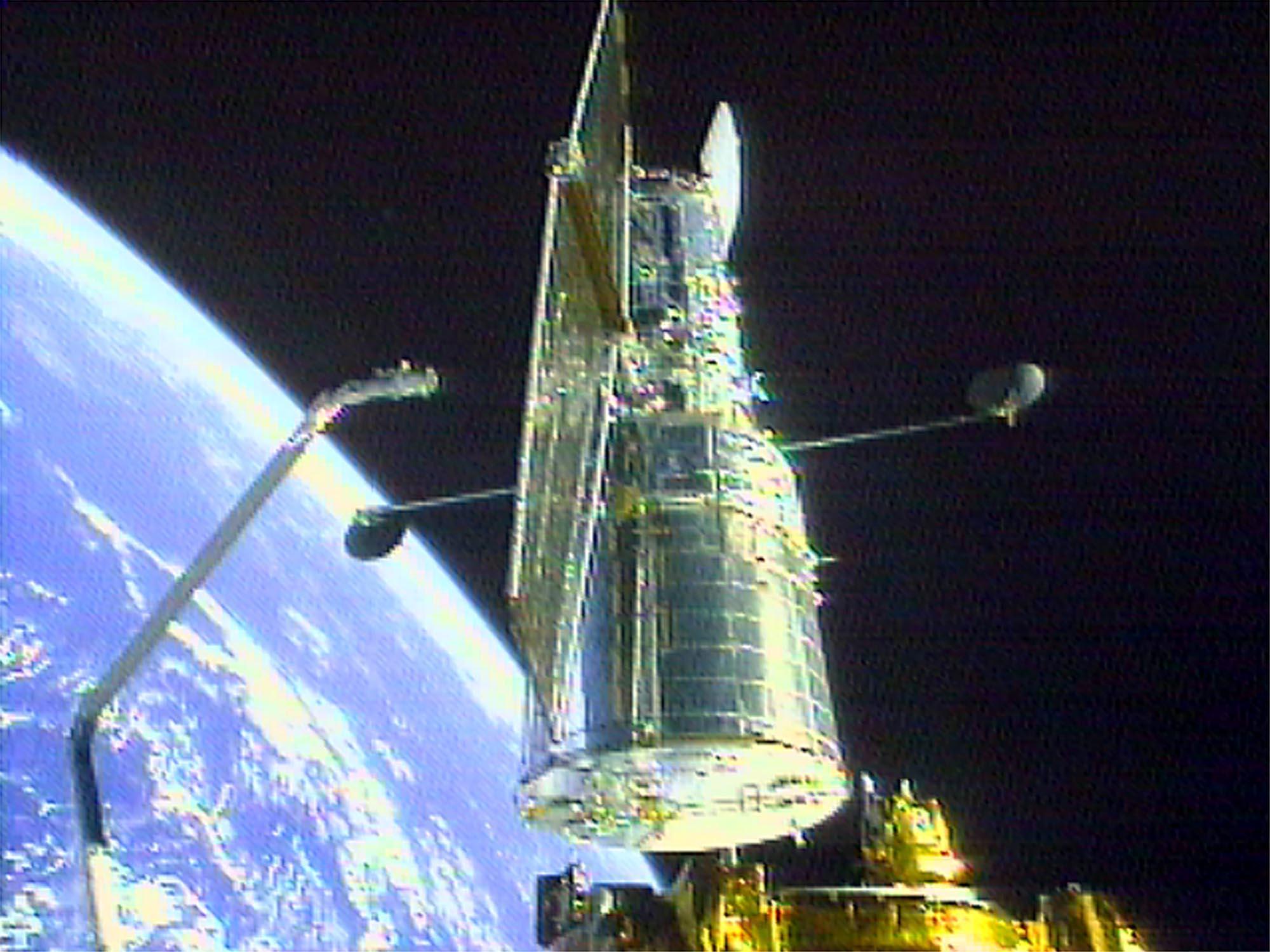 """1999 - Nach erfolgreicher Reparatur des Weltraumteleskops """"Hubble"""" landet die amerikanische Raumfähre """"Discovery"""" in Cape Canaveral."""