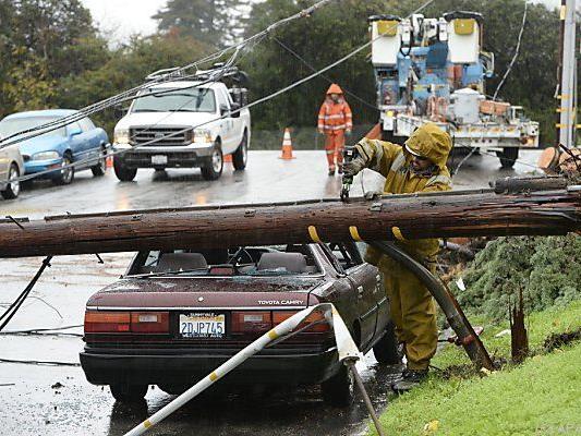 In Kalifornien stürzte Strommast auf Auto