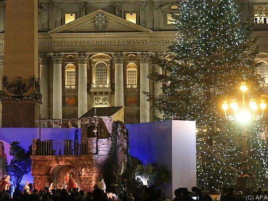 Weihnachtskrippe vor dem Petersdom in Rom