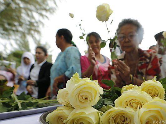 Rosen zum Gedenken an Tausende Tsunami-Opfer