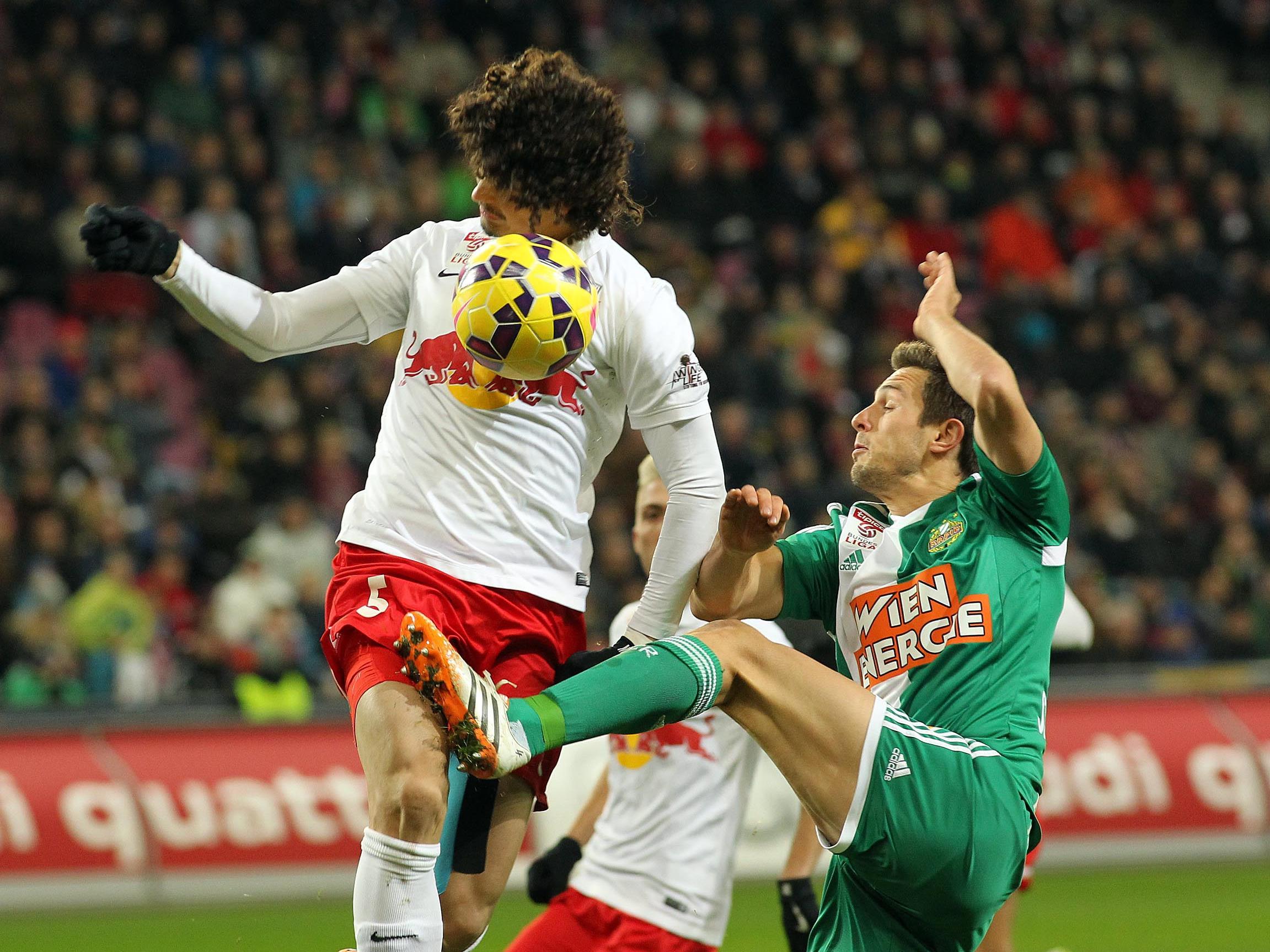 Andre Ramalho (li.) musste früh vom Feld und hinterließ eine Lücke in der Abwehr von Red Bull Salzburg.