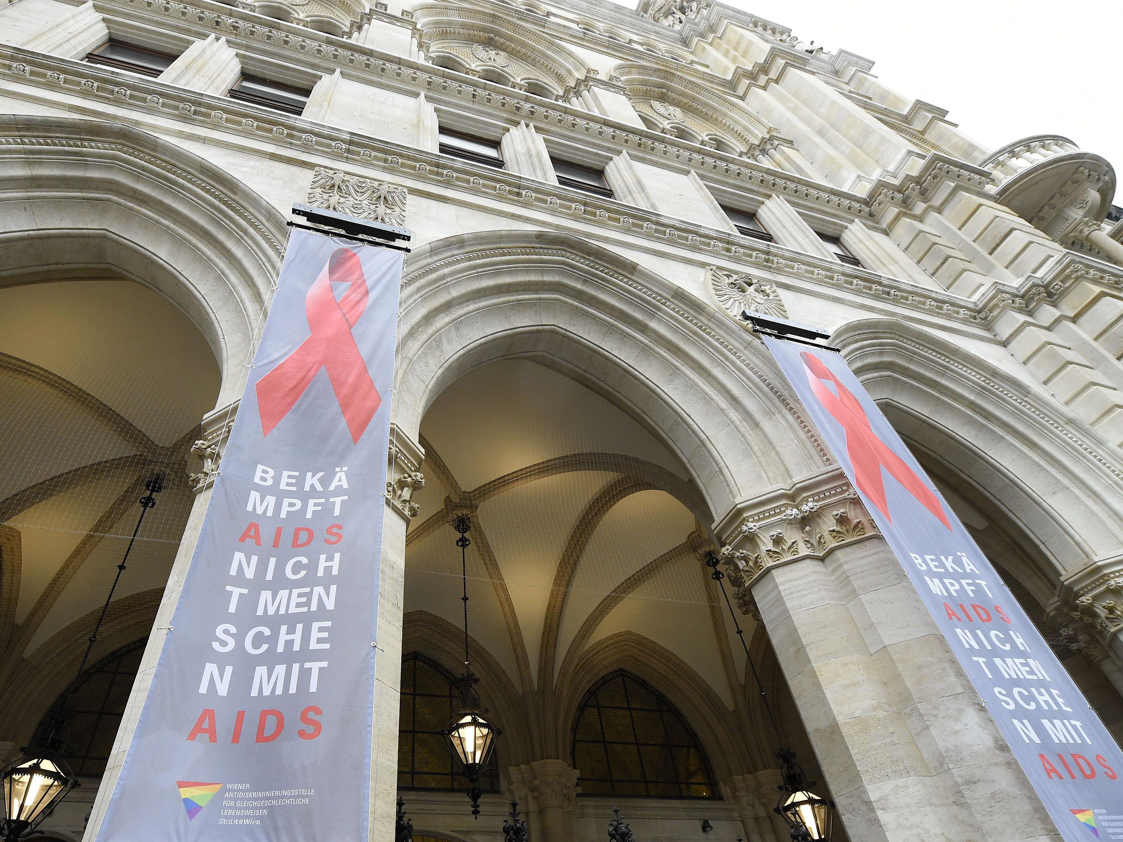 Am 1. Dezember ist der Welt-Aids-Tag und das Rathaus hisst erneut das Red Ribbon.