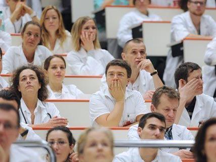 Spitalsärzte - Wiener AKH-Professoren drängen auf Arbeitszeit-Lösung