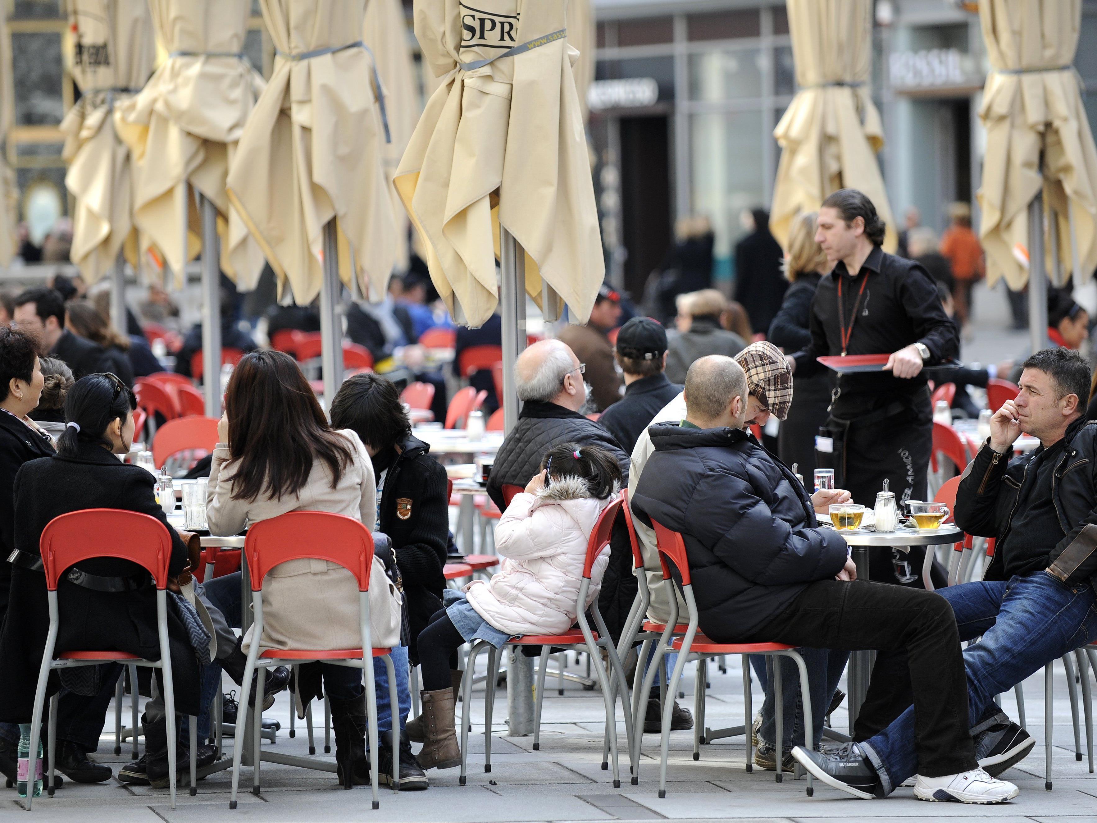 Politiker und Gastronomen sprechen sich für eine ganzjährige Schanigarten-Saison aus.
