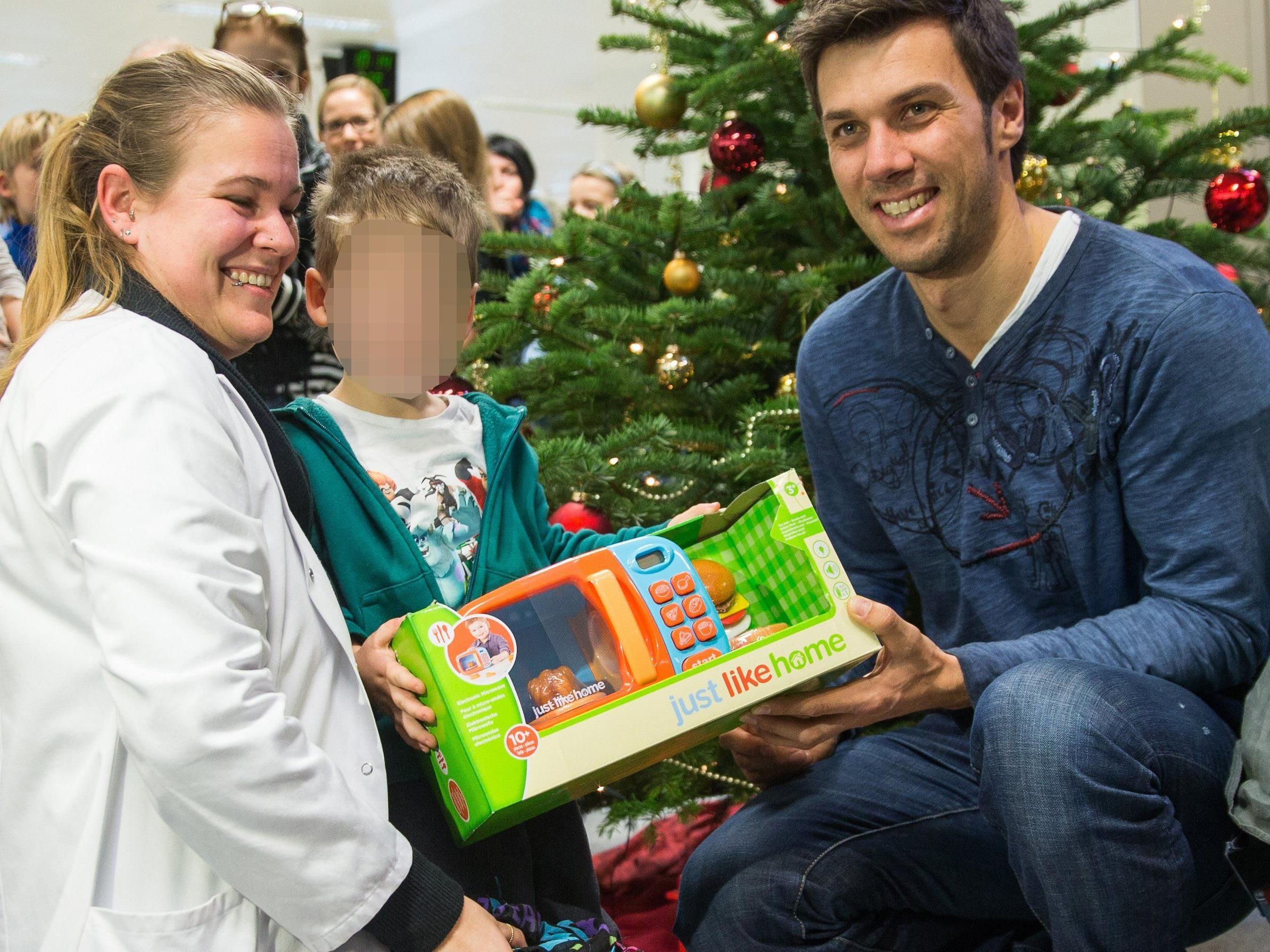 Auch Mario Matt war beim Besuch in der Innsbrucker Kinderklinik dabei.