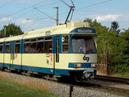 Eine 18-Jährige wurde von einem Zug der Badner Bahn erfasst
